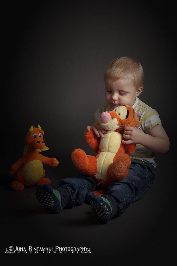 Lapsikuva studiossa nallet sylissä