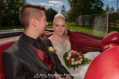 Hääpari seremonian jälkeen autossa